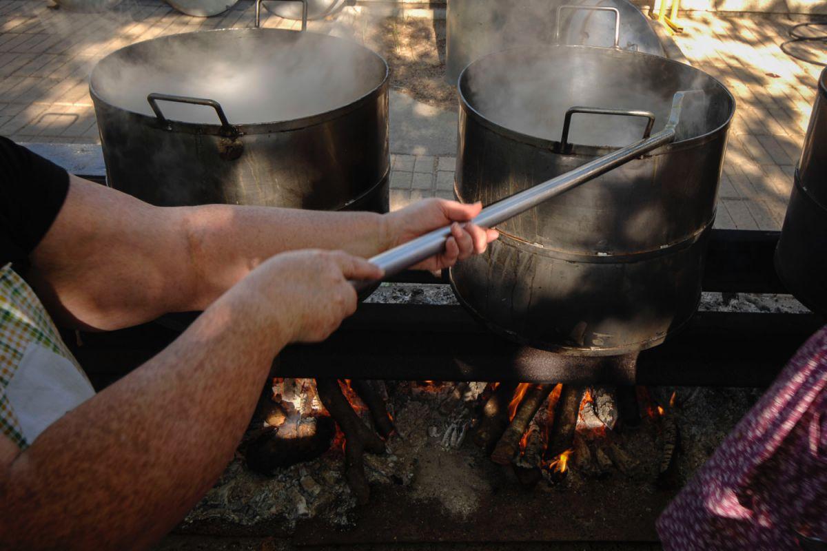Guisando el cocido del Santo Voto, en Puertollano, Ciudad Real.