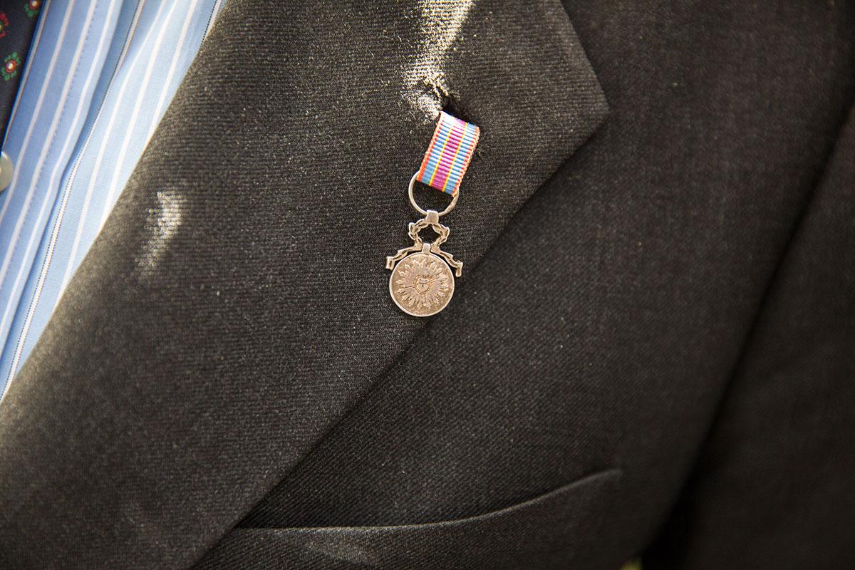 Detalle de la medalla conmemorativa del 2 de mayo que luce José Luis Sampedro, guía y presidente de la Sociedad Filantrópica de Milicianos Nacionales.