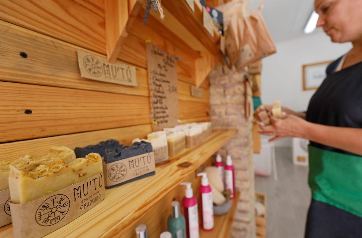 Tres mujeres en paro han encontrado un nicho de mercado en los productos de limpieza sostenibles.