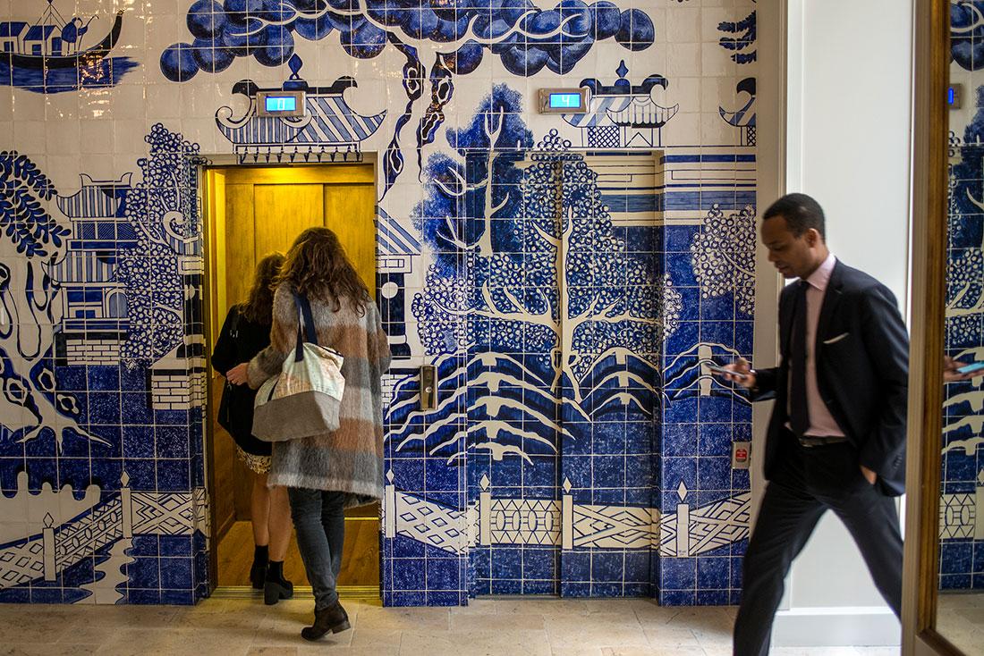Aires ibicencos con los azulejos baleares en uno de los halls del hotel.