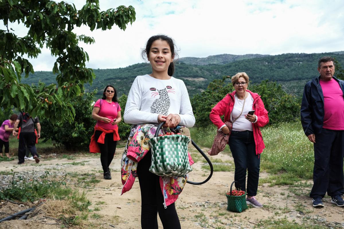 Alejandra, la más joven del grupo, también carga con sus propias cerezas.
