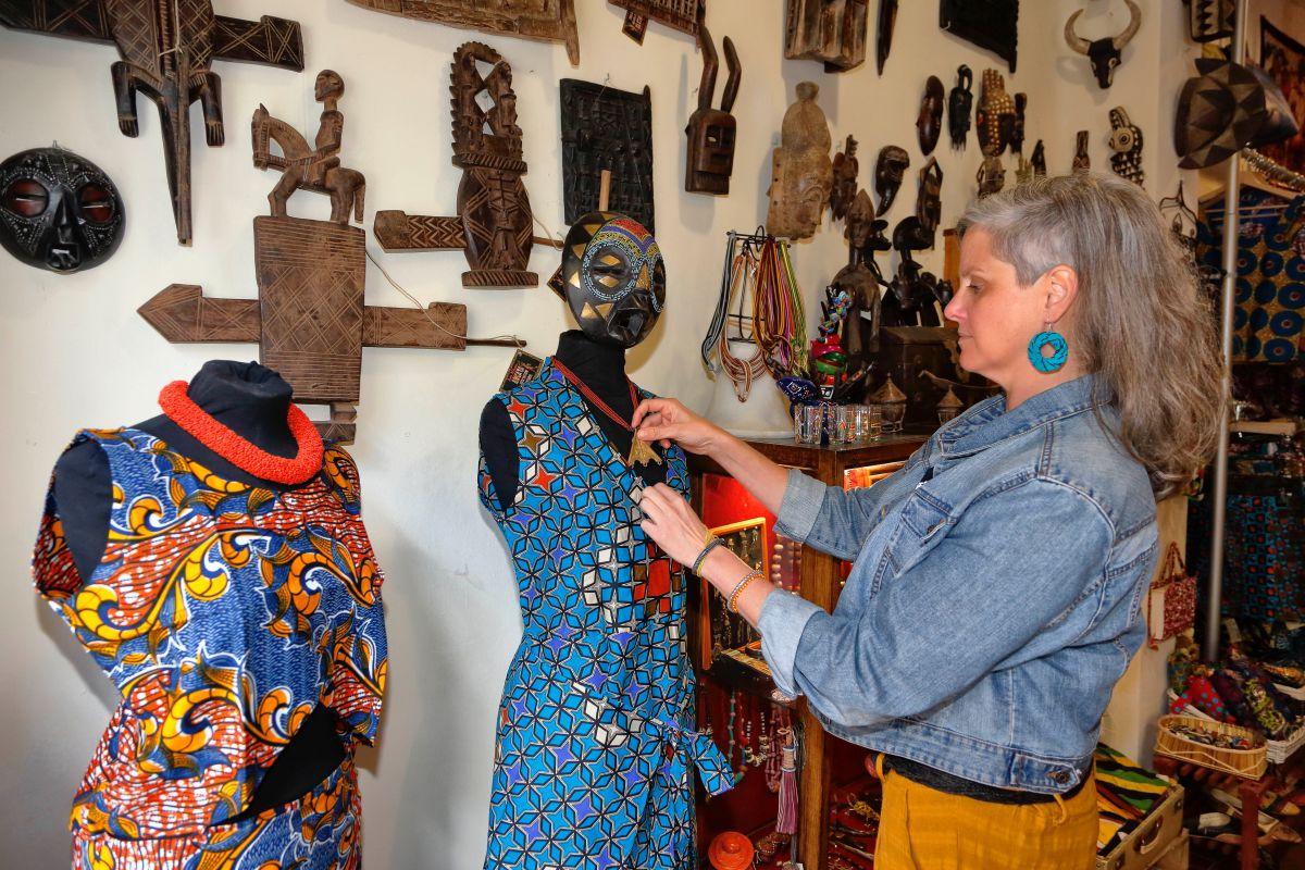 Cuatro emprendedoras se unieron para abrir esta tienda de artesanía africana.