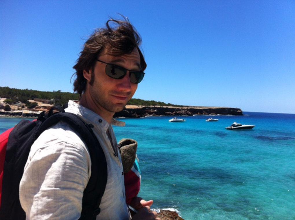 Raúl Fernández frente a las playas de Formentera. Foto: cedida.