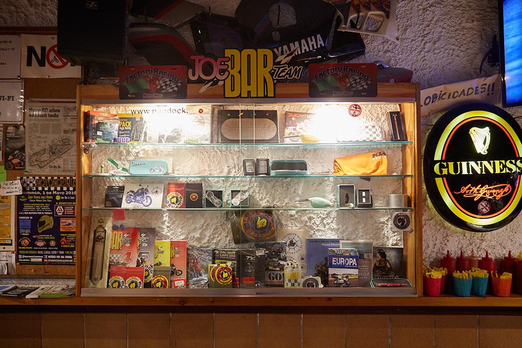 Detalle de recuerdos relacionados con las motos dentro del bar.