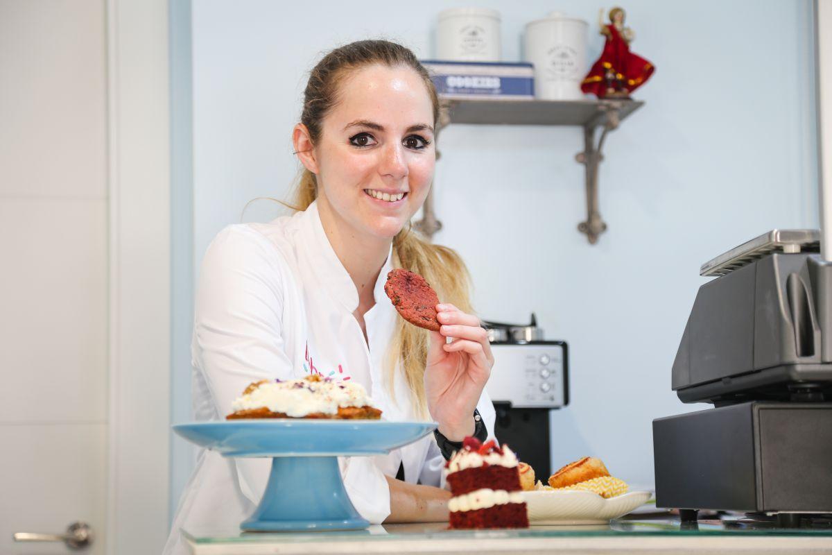 Cafés y tés acompañan en pequeñas mesas las creaciones de esta repostera de 27 años.