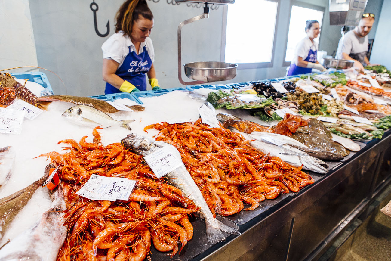 A principios de verano, el precio de la gamba 'grossa' ronda los 60 euros. A finales, duplica su valor en la pescadería.