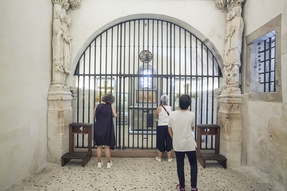 Las reliquias están encerradas tras la reja.