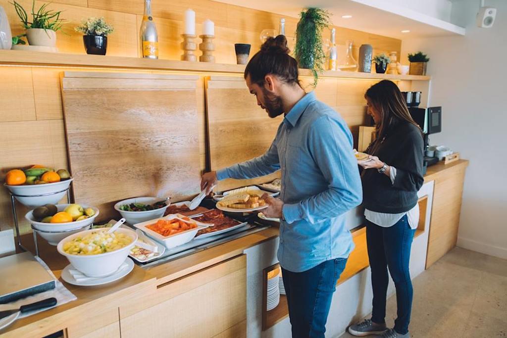 Clientes cogiendo el desayuno del buffet del Nakar Hotel