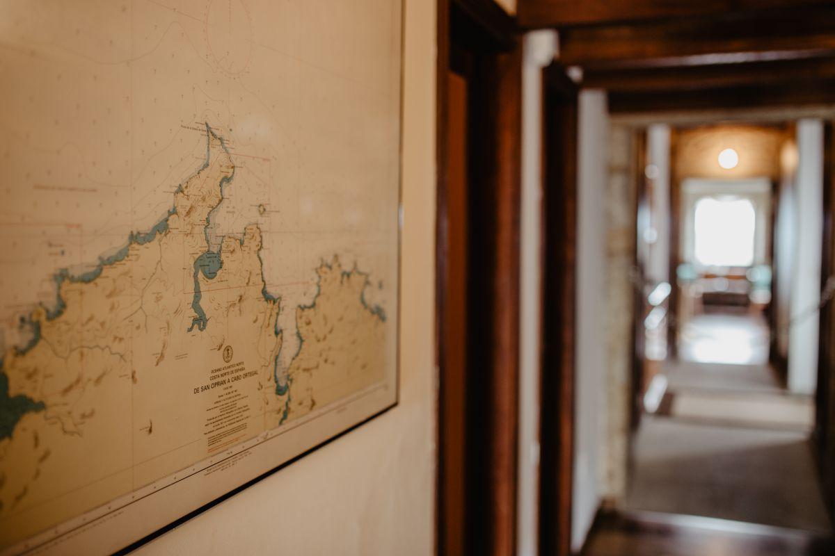 Detalle de un mapa geográfico en el interior del hotel que muestra la zona del Cabo de Finisterre y la Costa de la Muerte, donde está ubicado el hotel Semáforo de Bares.