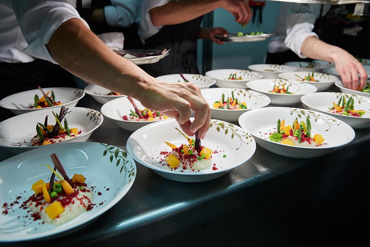 En la cocina, preparando el plato 'nuestro huerto del día'.