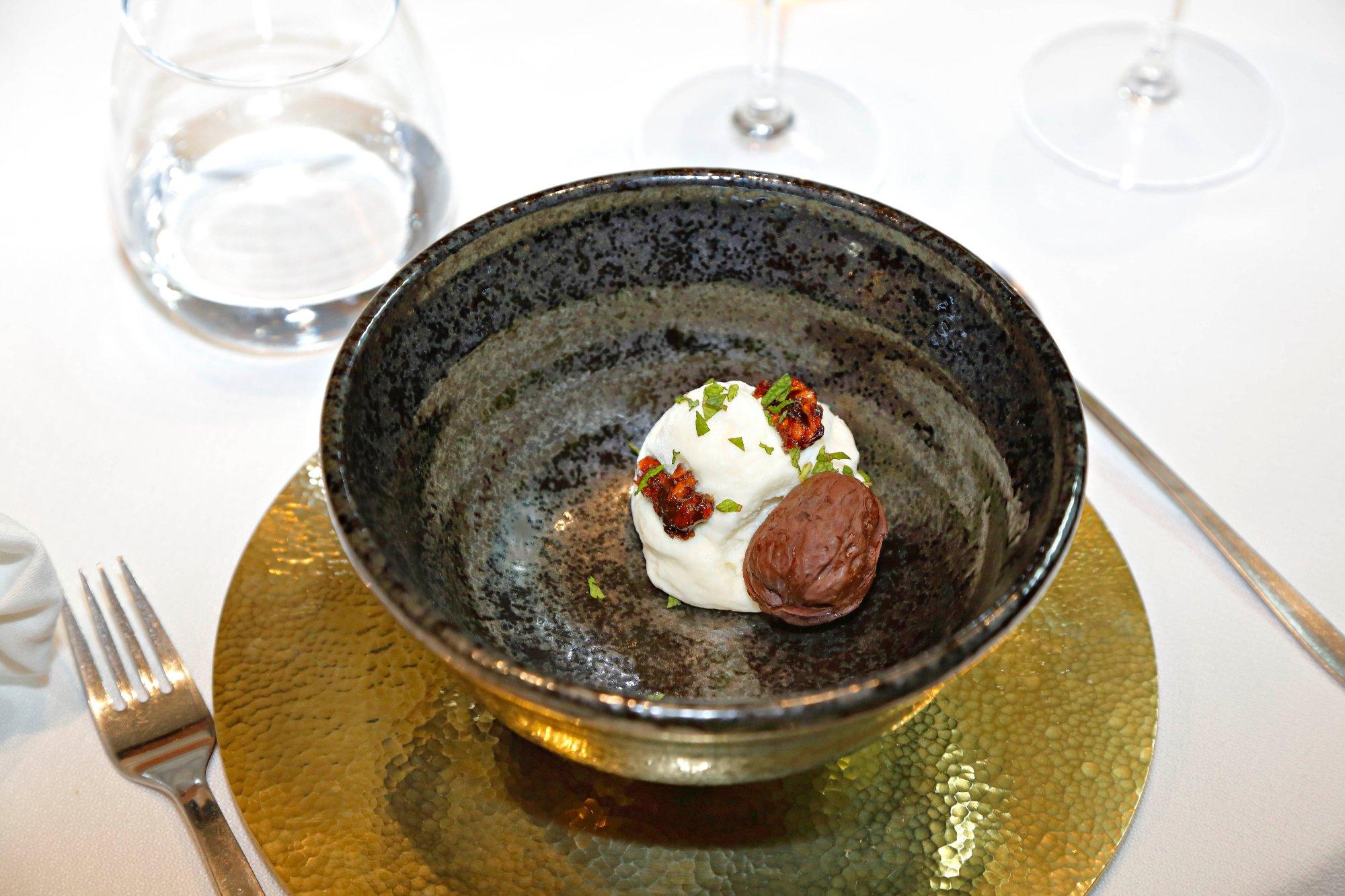 Mousse de queso Idiazábal con membrillo fermentado y falsa nuez.