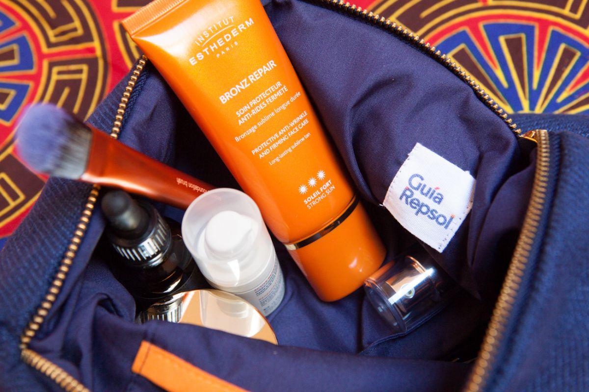 Nunca debe faltar la crema solar, un bálsamo labial y, por supuesto, los productos de aseo básicos.