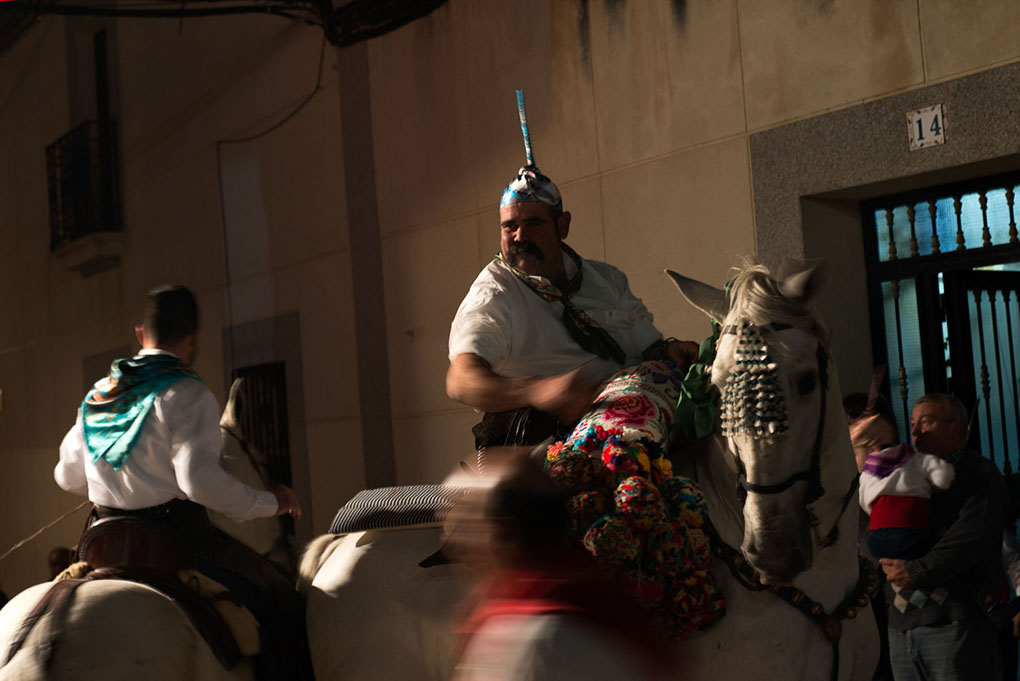 Varias personas a caballo en la fiesta. Foto: Manuel Ruiz Toribio.