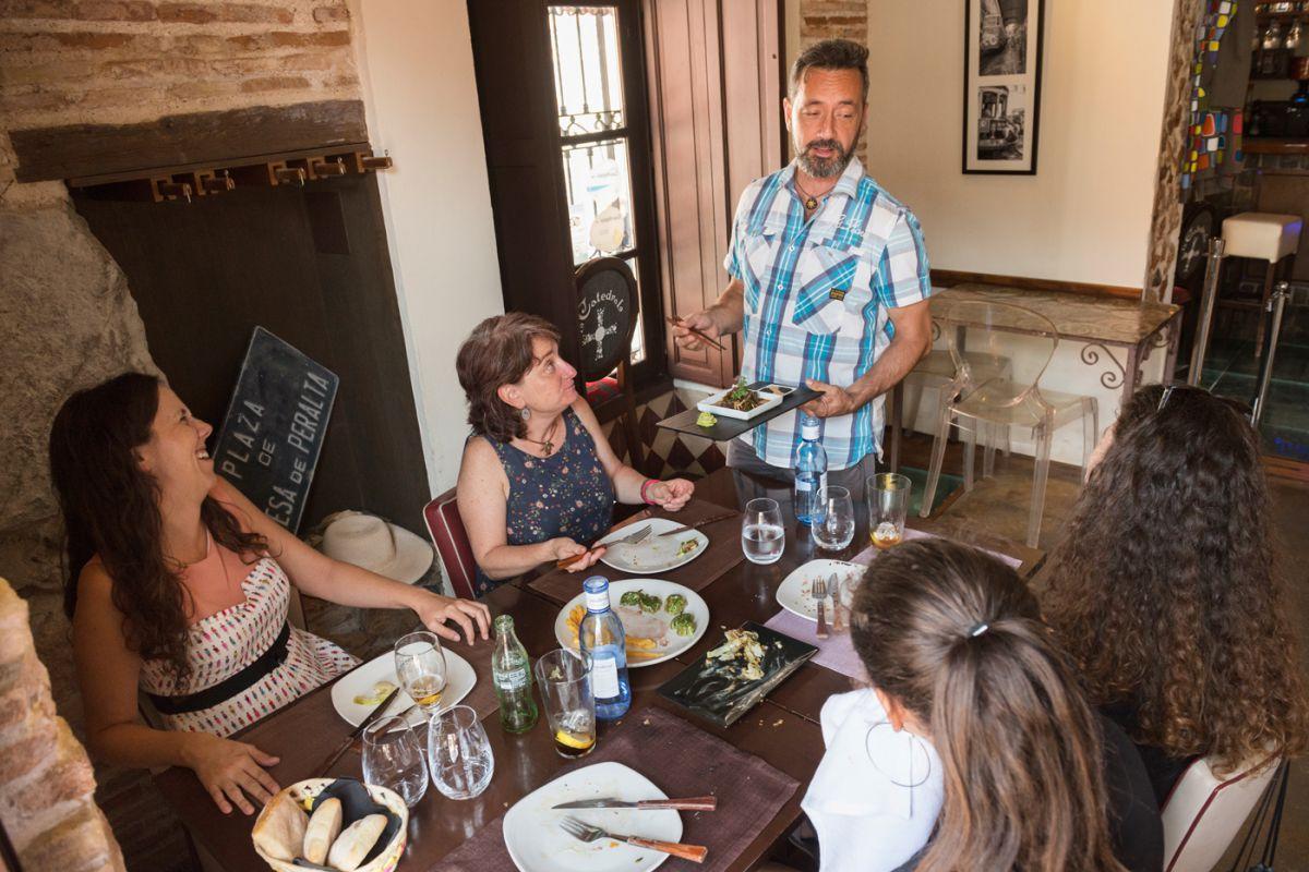 Pablo Cerezuela conversa con unos clientes en el restaurante 'La Catedral', en Cartagena, Murcia.