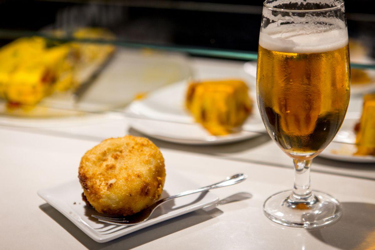 Una caña bien tirada y un frito de huevo en 'Vermutería Río' siempre caen bien.