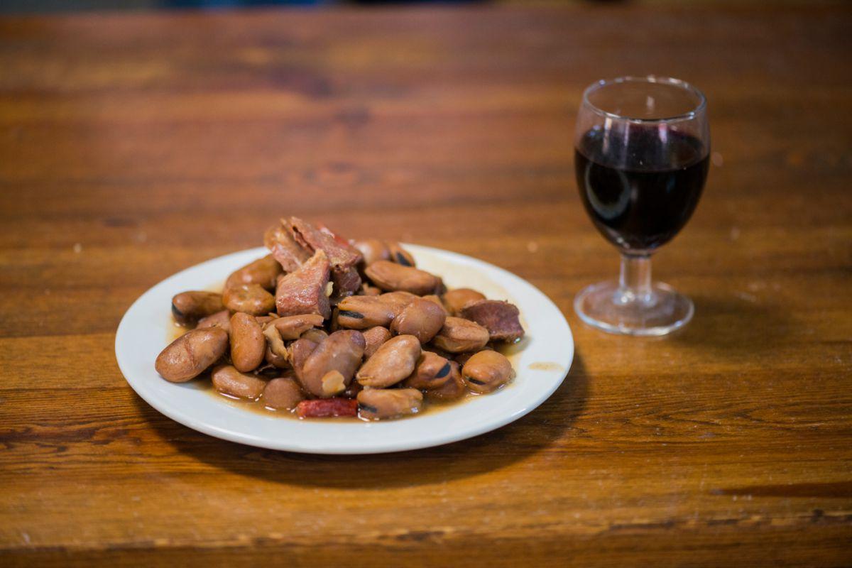 Tapa de michirones y un chato de vino de la 'Bodega Lloret' en La Unión, Murcia.