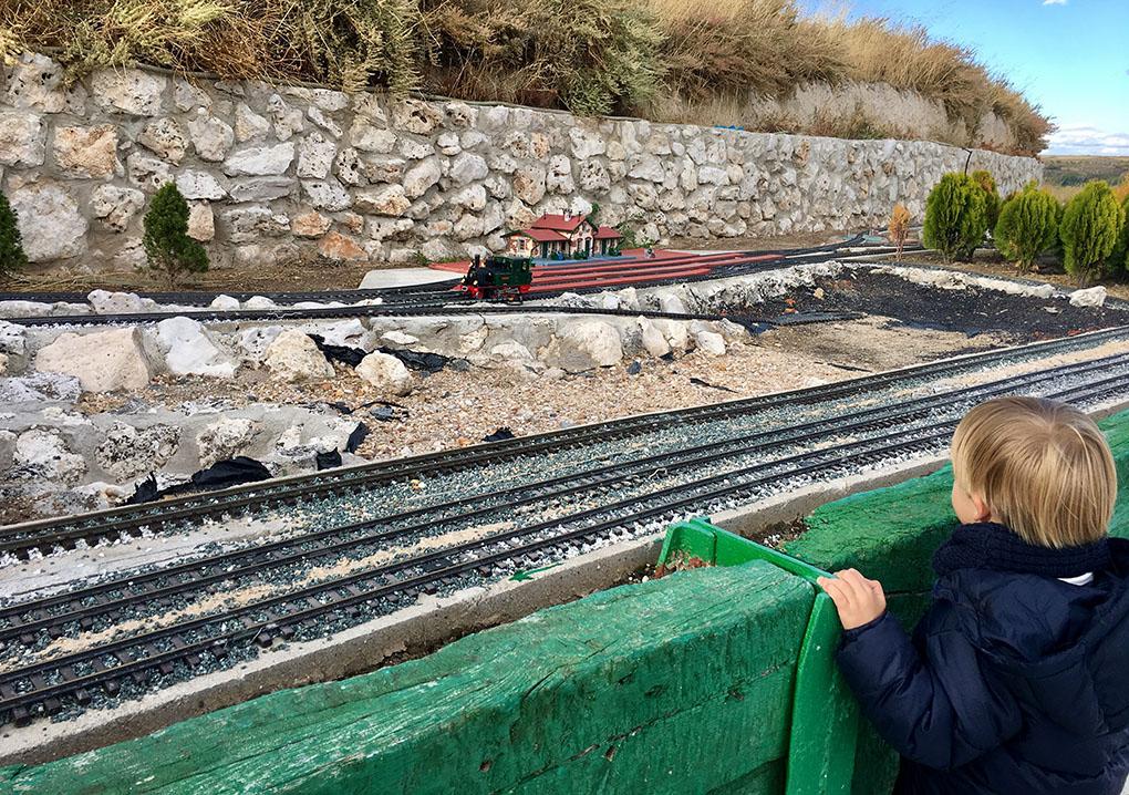 Los niños pueden disfrutar de una maqueta del castillo y un tren.