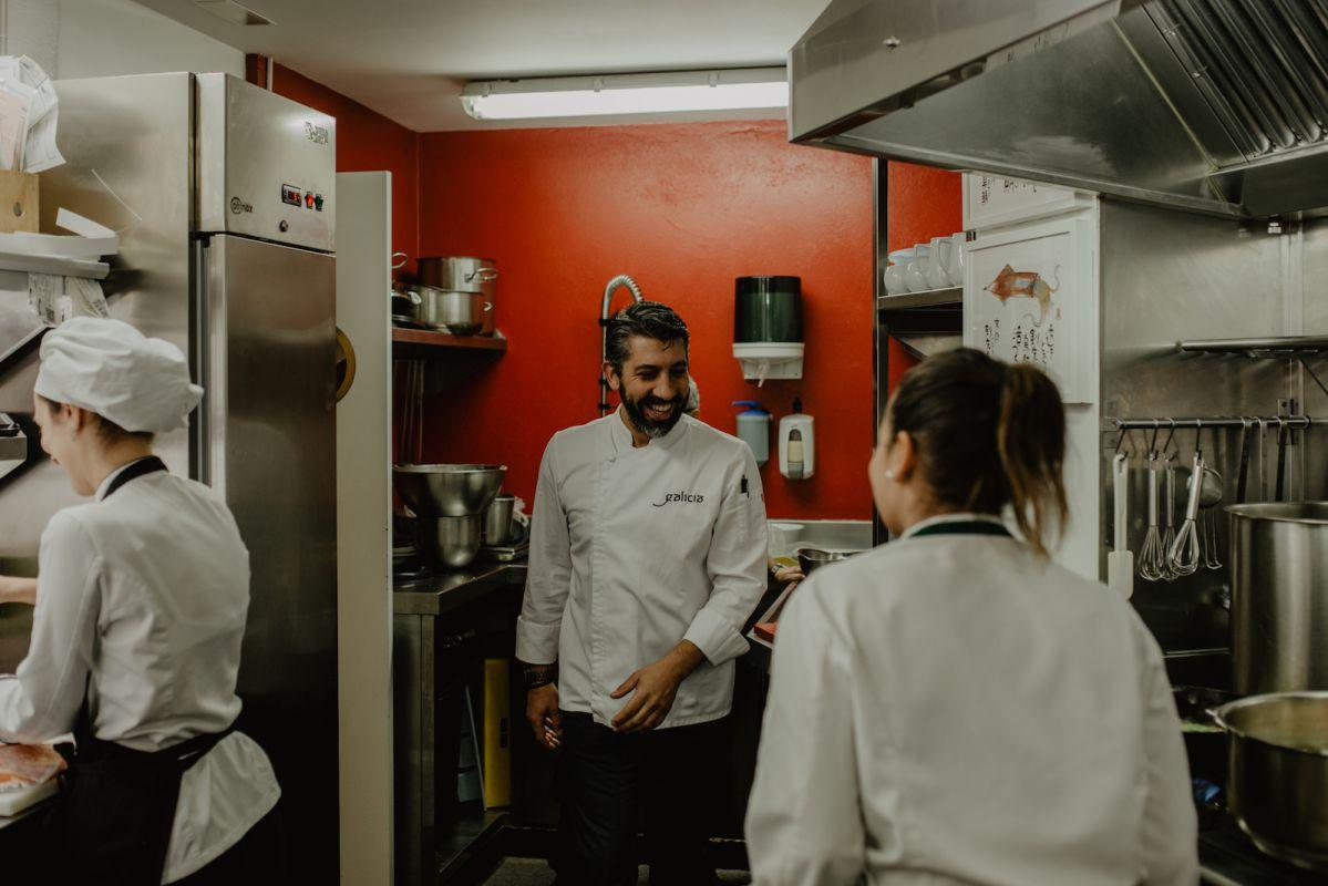 Buen rollo en la cocina entre Juan, Eva (a la derecha) y Marisol (a la izquierda).