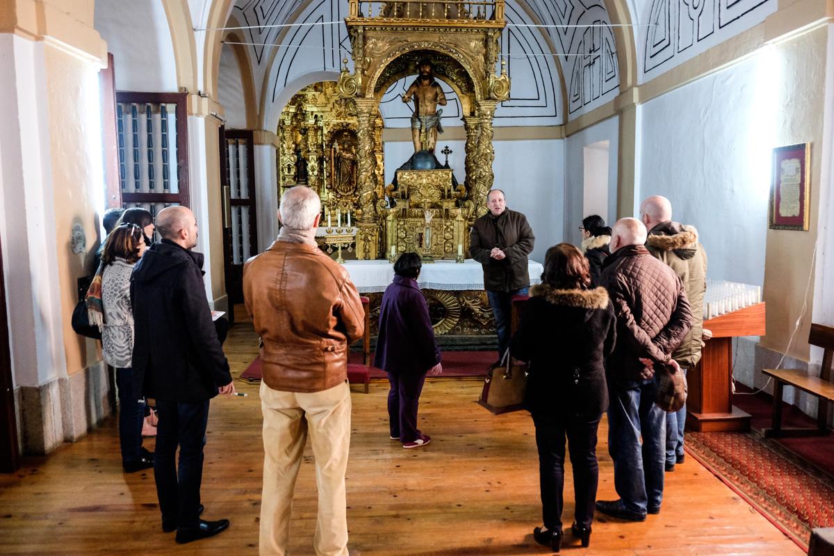 Sebastián Neila revelando los misterios de la iglesia de San Juan Bautista.