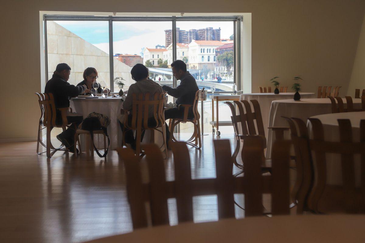 Una mesa llena de comensales en el interior del restaurante Nerua.