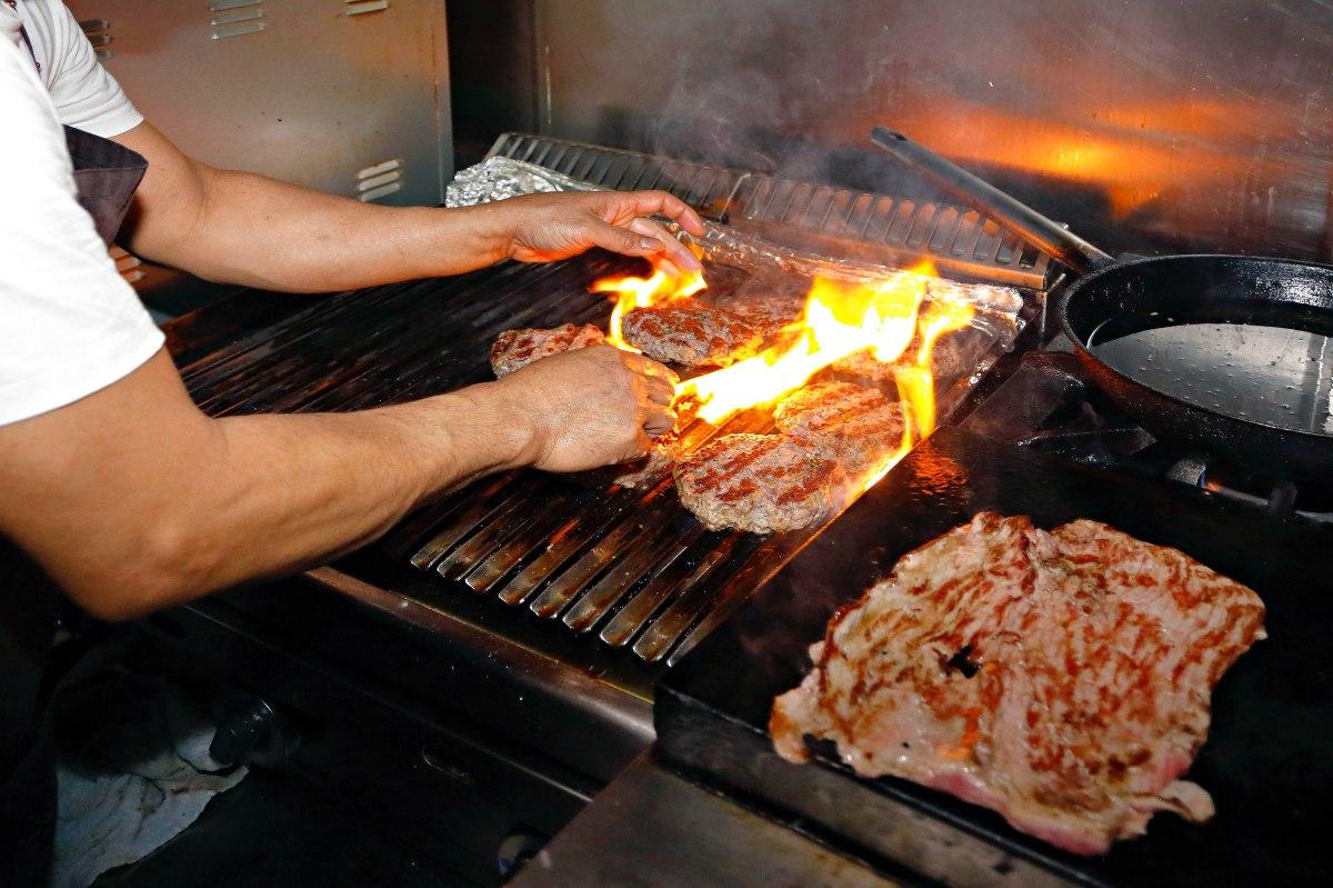 Controlar bien la parrilla es otro de los secretos para hacer una buena hamburguesa.
