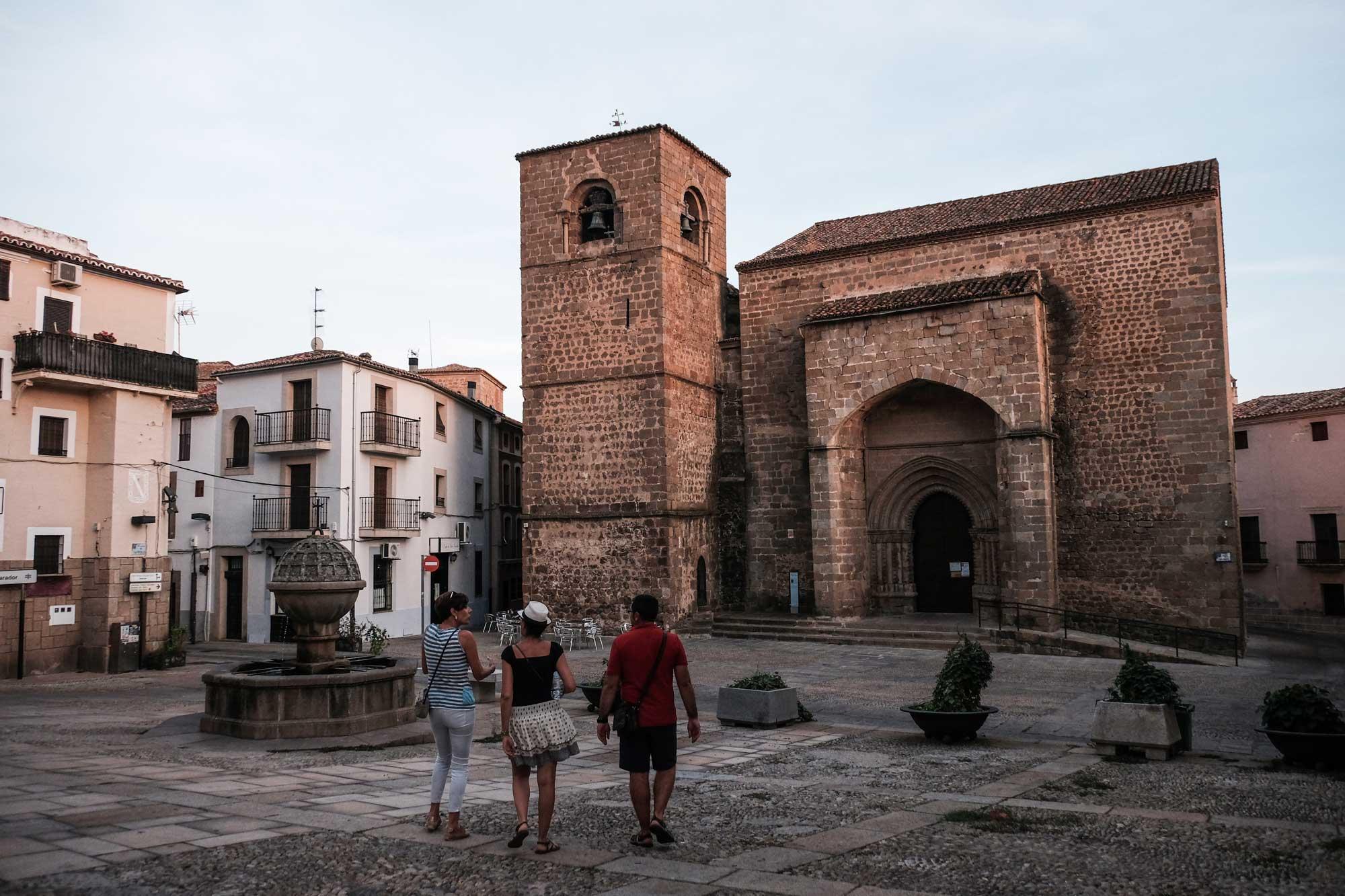 La Iglesia de San Nicolás, del siglo XIII, se alza majestuosa ante el Palacio de Mirabel.