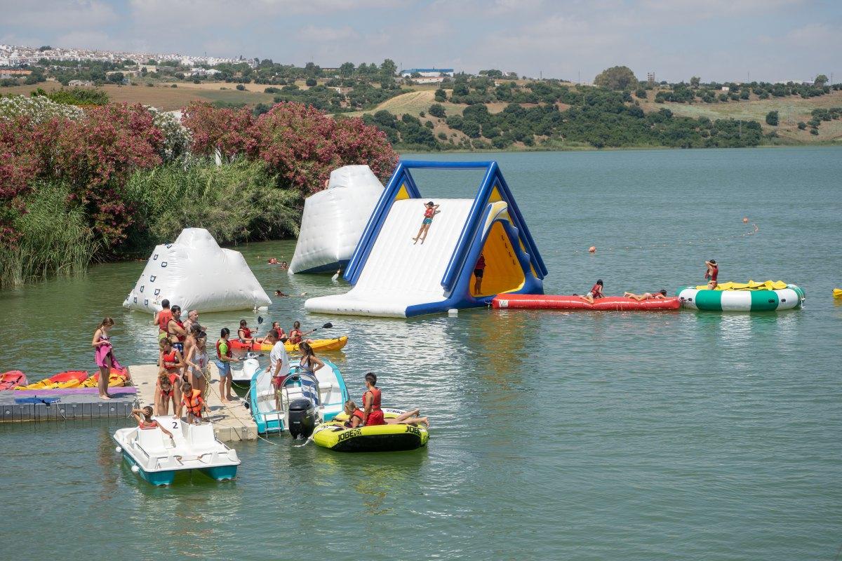 La playita de Arcos se convierte en un parque de juegos de lo más refrescante.