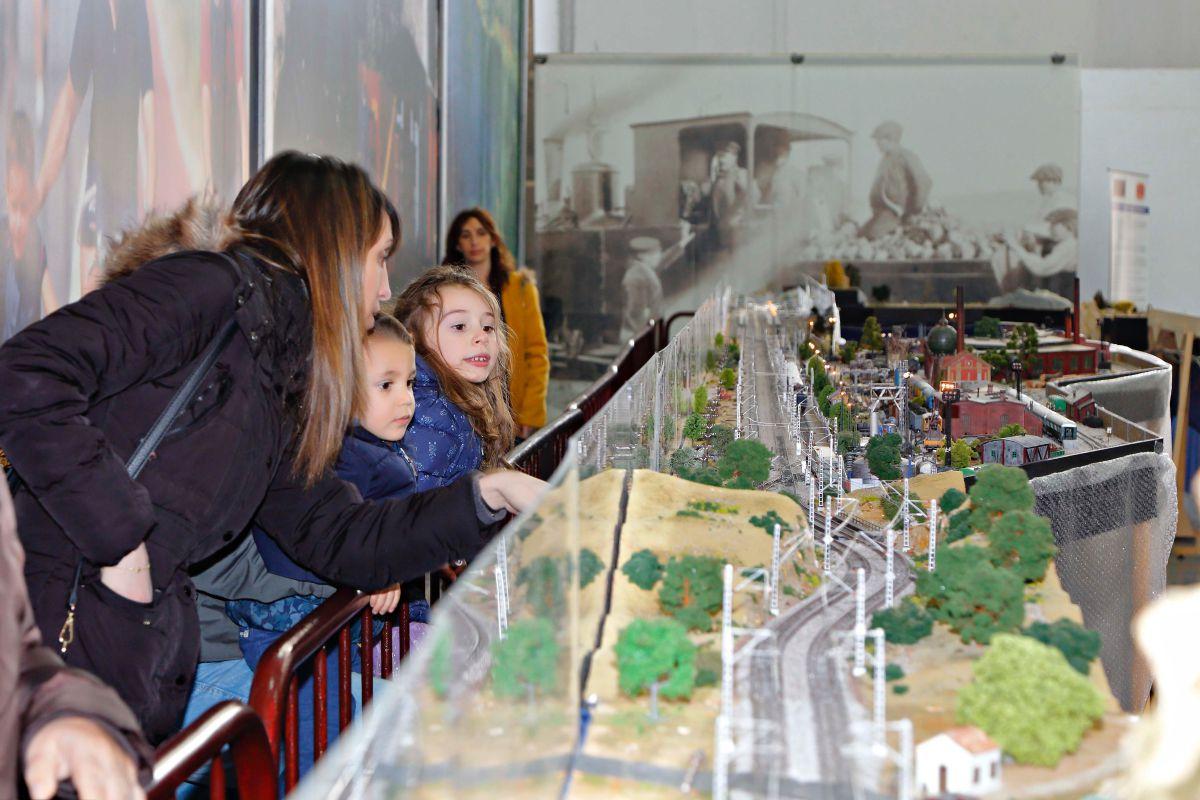 Los trenes se mueven, lucen y pitan. Los pequeños no pierden ojo.