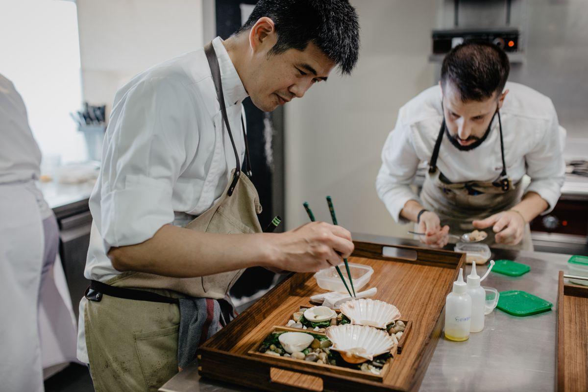 El chef japonés Taka emplata con pinzas en la cocina del restaurante 'Culler de Pau', en O Grove, Pontevedra.