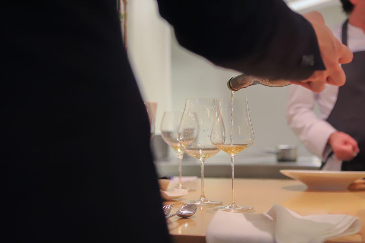 Sirviendo vino en la barra del restaurante Nerua.