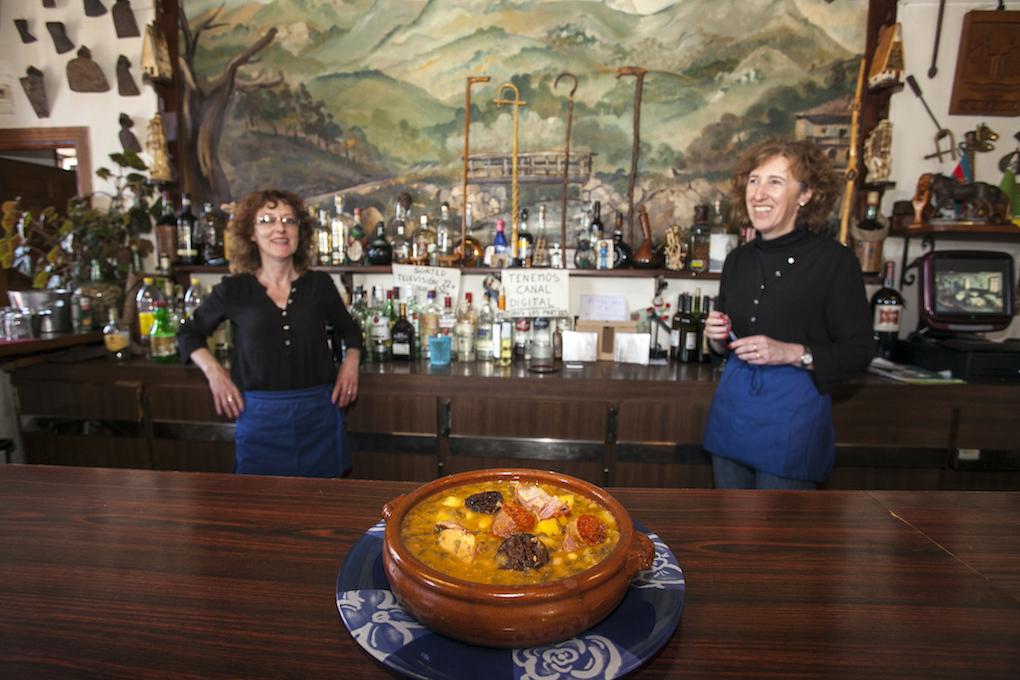 Maite y Loli, orgullosas con su cocido montañés, tras la barra de la Taberna Cossío/ Foto: José García Pérez