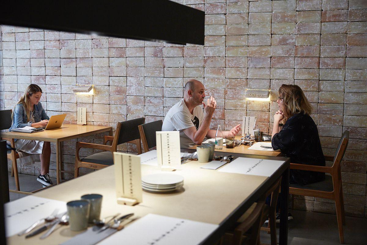 Ambiente en las mesas del restaurante Hetta, en Barcelona.