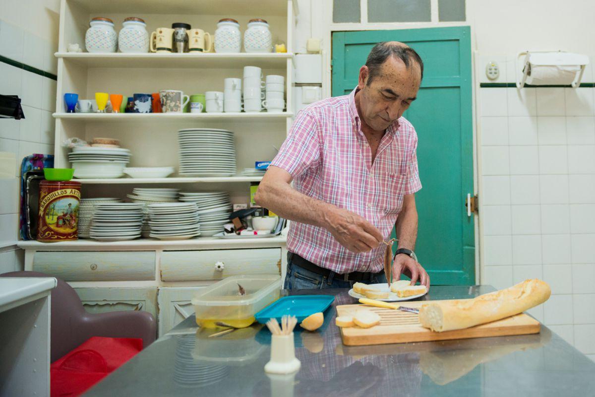 Jesús Segura de la 'Bodega Lloret' en La Unión, Murcia, prepara la tapa de anchoas de Santoña.