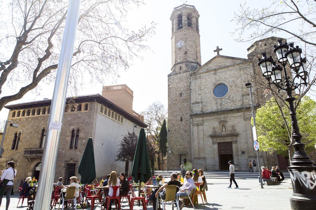 Terracitas en la plaza de Sarrià con la Parroquia de San Vicente de fondo.
