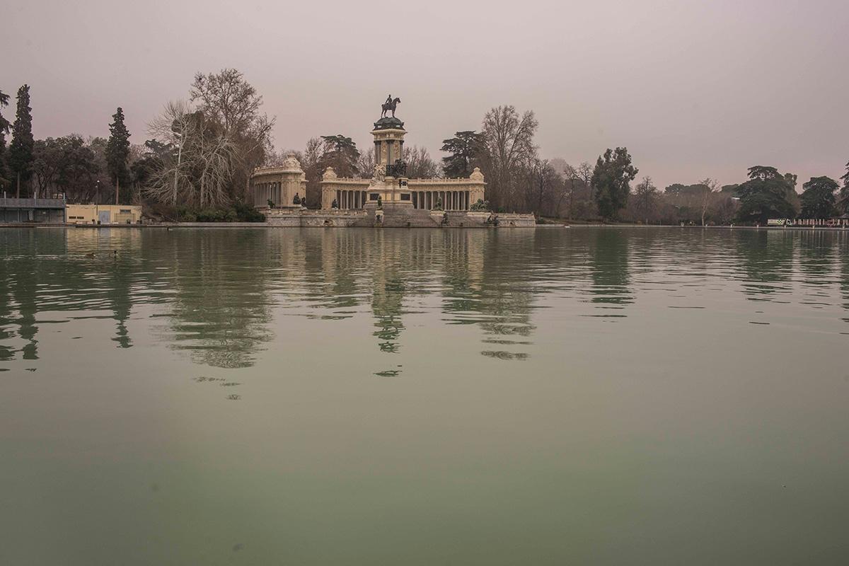 Da igual la luz que tenga el estanque del Retiro, siempre hay personas dispuestas a visitarlo.
