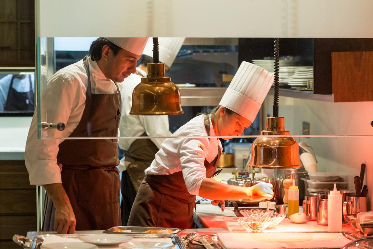 'Hortensio' dispone de una cocina abierta, lo que permite que los clientes vean el proceso de emplatado.