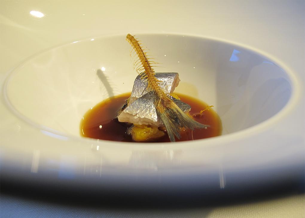 Este plato es un homenaje al brou torrat que hacían los pescadores a bordo. Foto: Antonella Ruggiero.