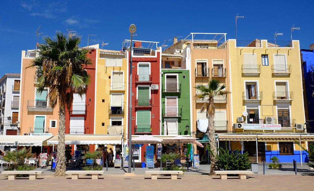 Las típicas fachadas de colores del casco antiguo de Villajoyosa. Foto: Jean van der Sluijs