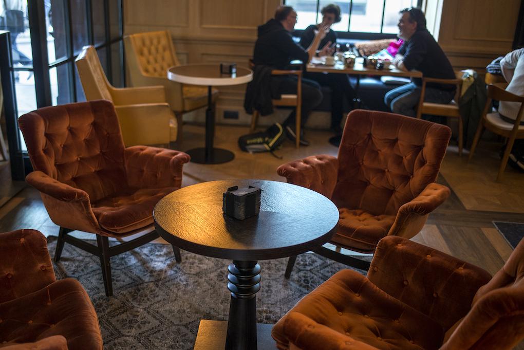 Sillones de terciopelo rojo en la cafetería que invitan a largas charlas