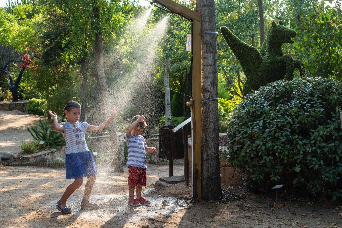 Y para los días de más calor, una ducha se convierte en un refrescante juego.