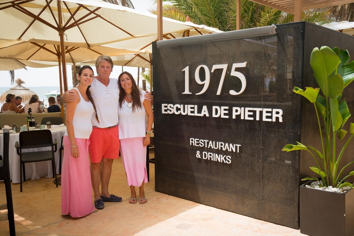 Pieter Van Driel, que comenzó hace 42 años con una escuela de vela y un chiringuito, con su segunda mujer y su hija.