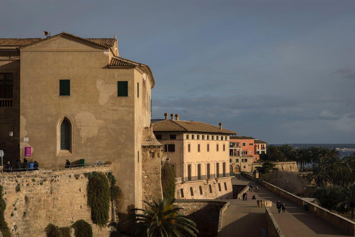 Dalt Murada, un tramo de la muralla medieval de la ciudad.