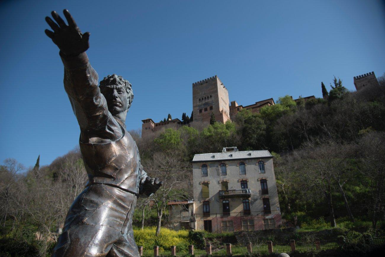 Escultura del bailaor Mario Maya en el Paseo de los Tristes de Granada.