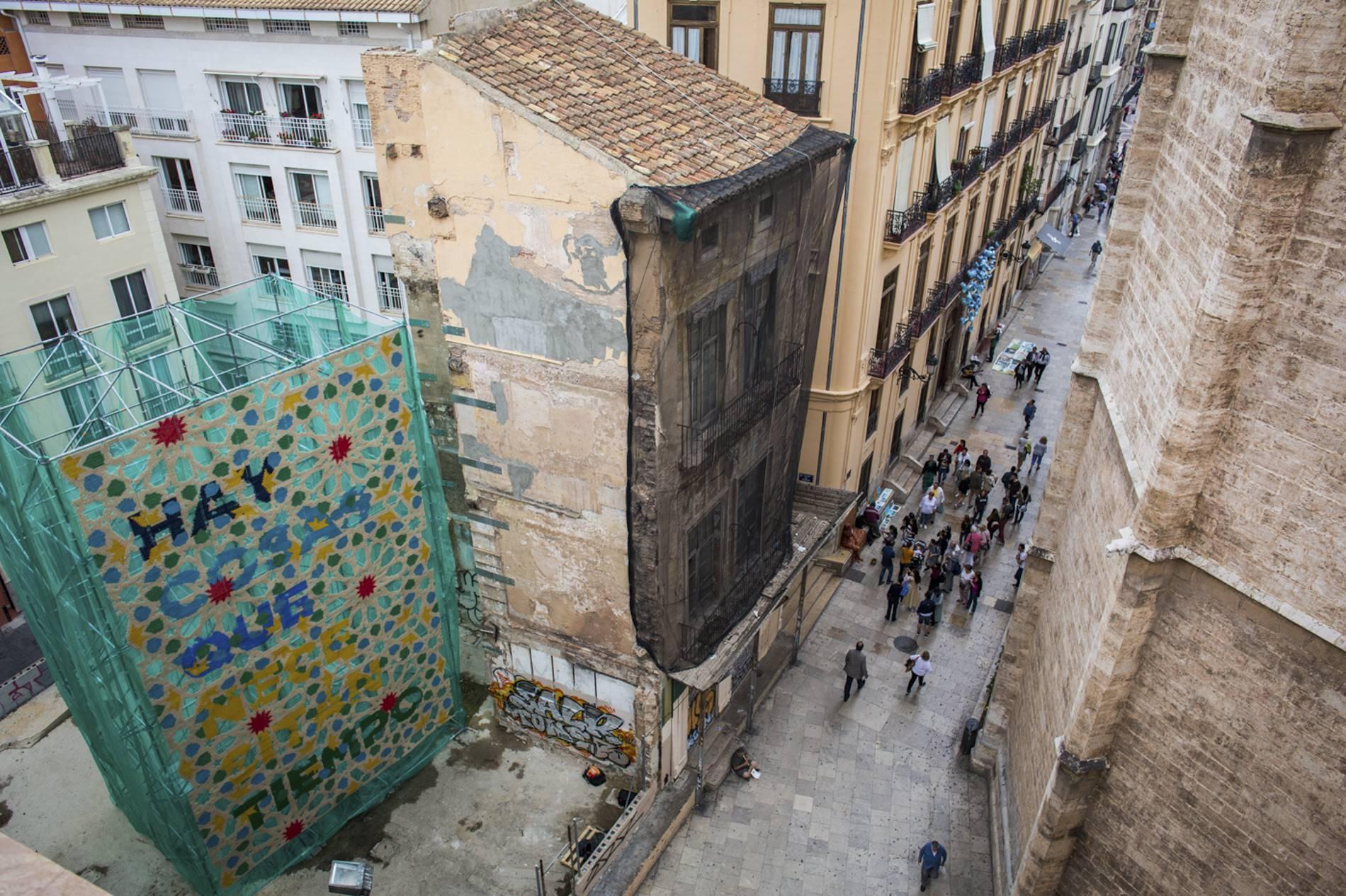 """""""Hay cosas que necesitan tiempo"""", reza un andamio adornado en una de las calles del centro de Valencia."""