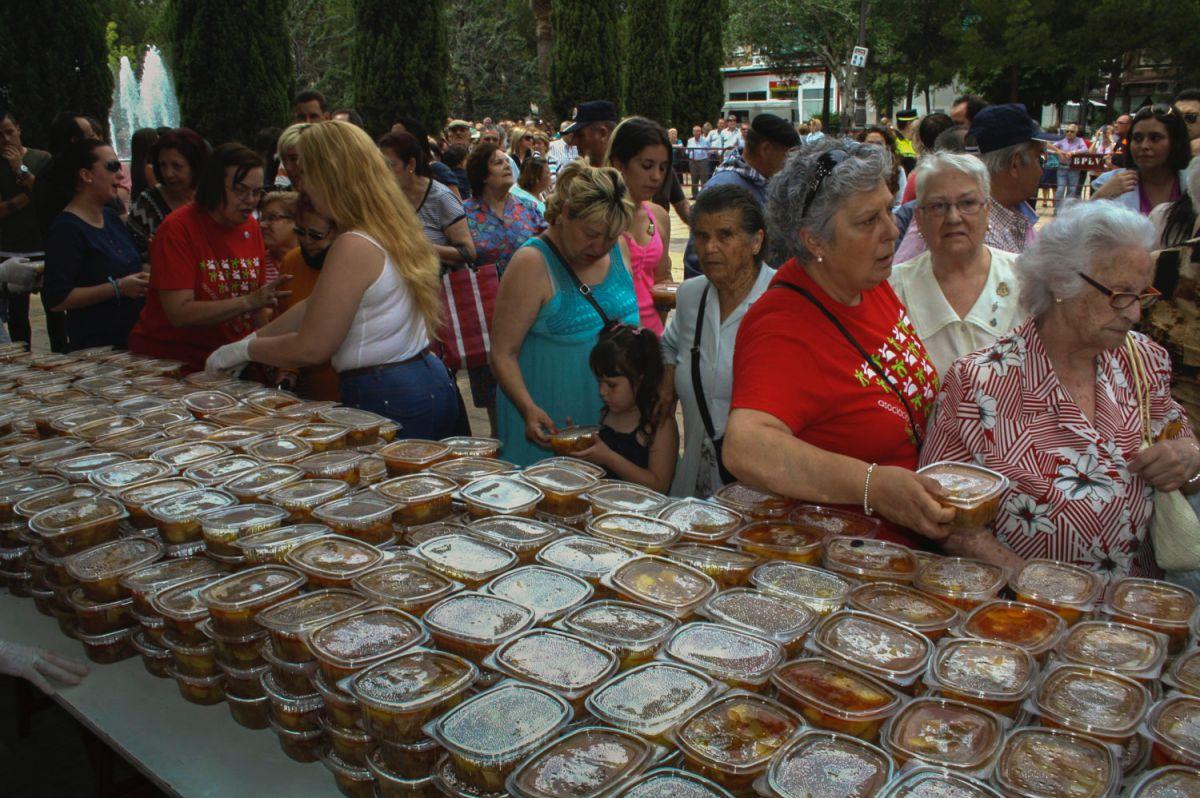 Los puertollaneros recogen las raciones de cocido de vaca del día del Santo Voto, Ciudad Real.