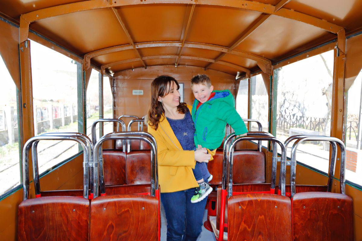 Los asientos del tren lanzadera son los que se utilizaban en el metro en los años 60.