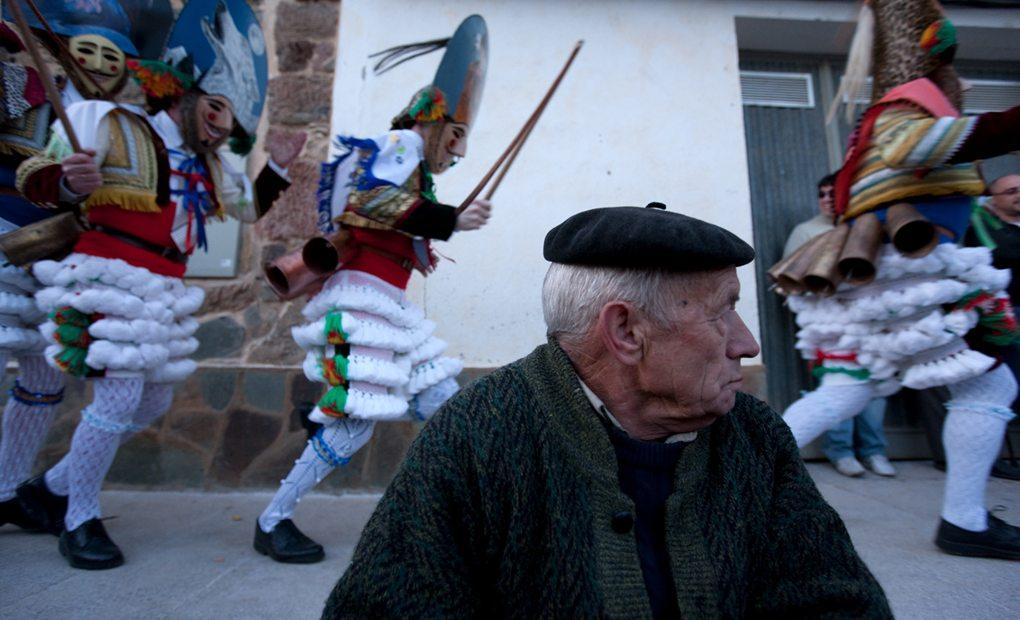 Un vecino de Laza, ajeno al azote del peliqueiro. Foto: Nacho Calonge.