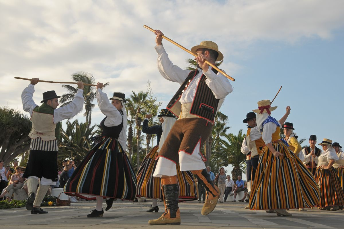 Los romeros bailan una de las danzas folclóricas típicas de las romerías de Tenerife.