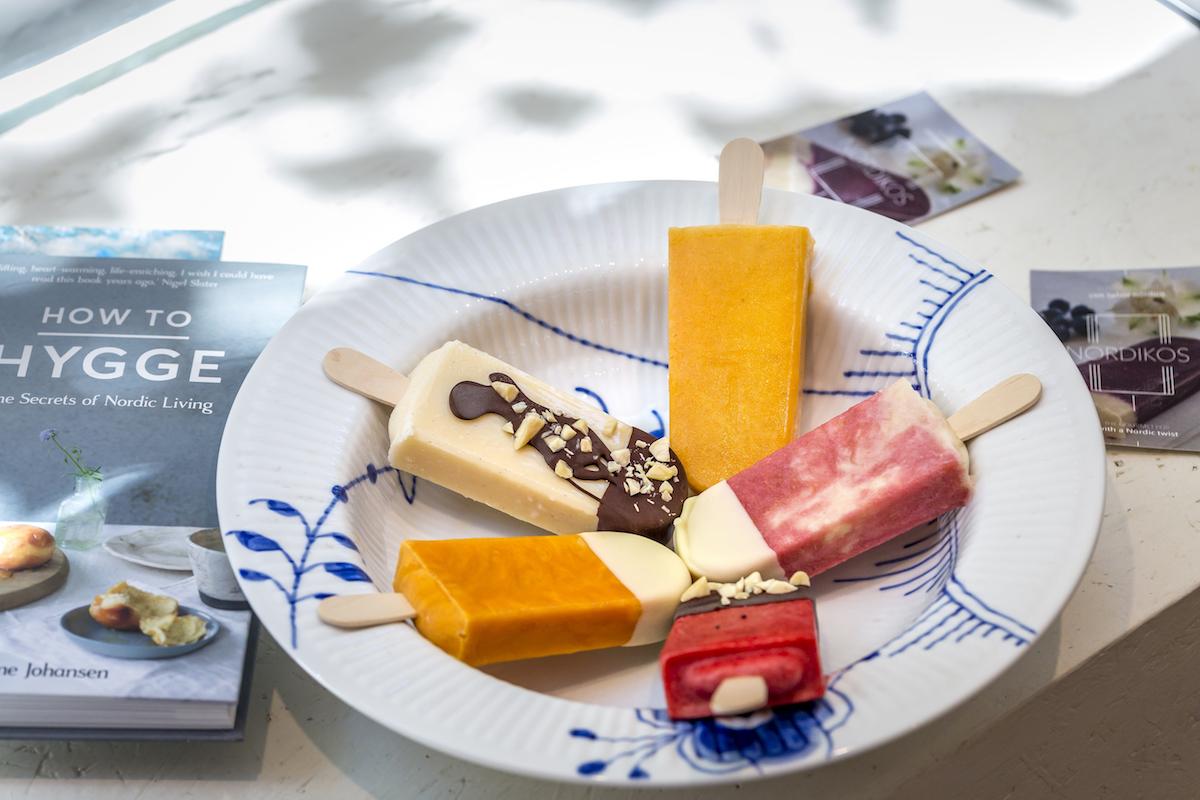 Plato de paletas de helados de distintos sabores