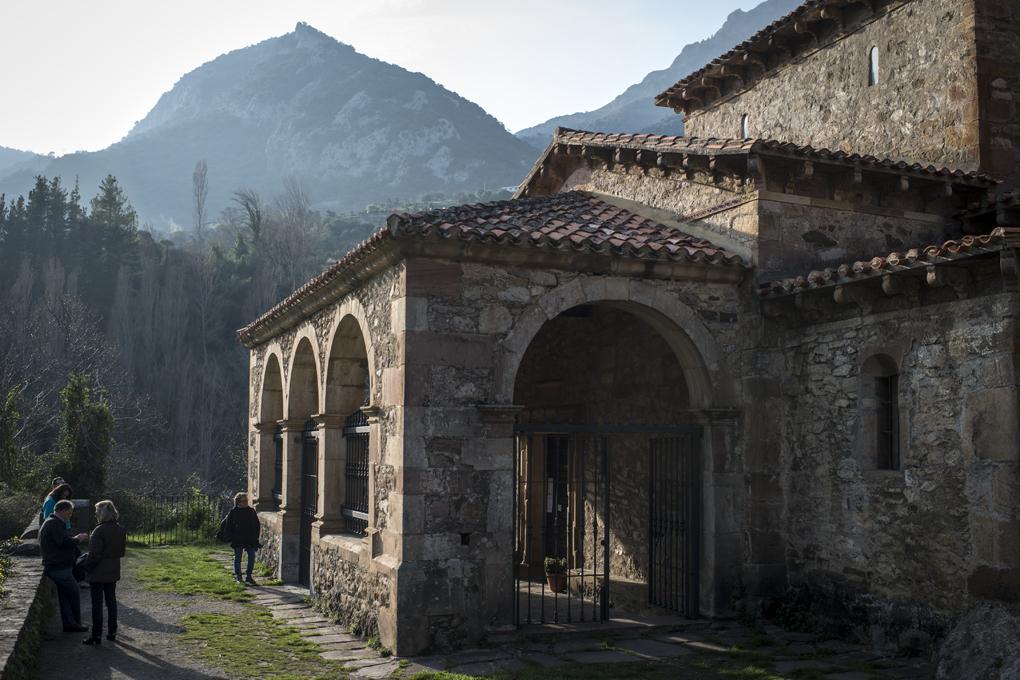 Entrada principal de Santa María. Tras el robo de 1991, las verjas y otras medidas de seguridad protegen la talla.